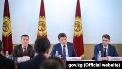 Члены правительства во главе с Сапаром Исаковым.