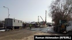 Строительные работы недалеко от улицы Жансугурова, вырыли первый котлован. Алматы, 15 марта 2017 года.
