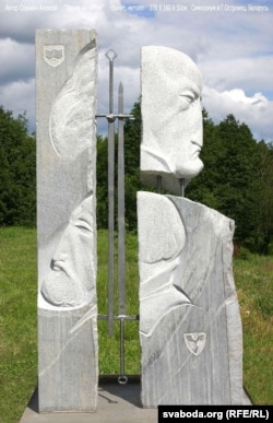 Скульптура Аляксея Сарокіна «Час магнатаў», што стаіць у Астраўцы з часу пленэру