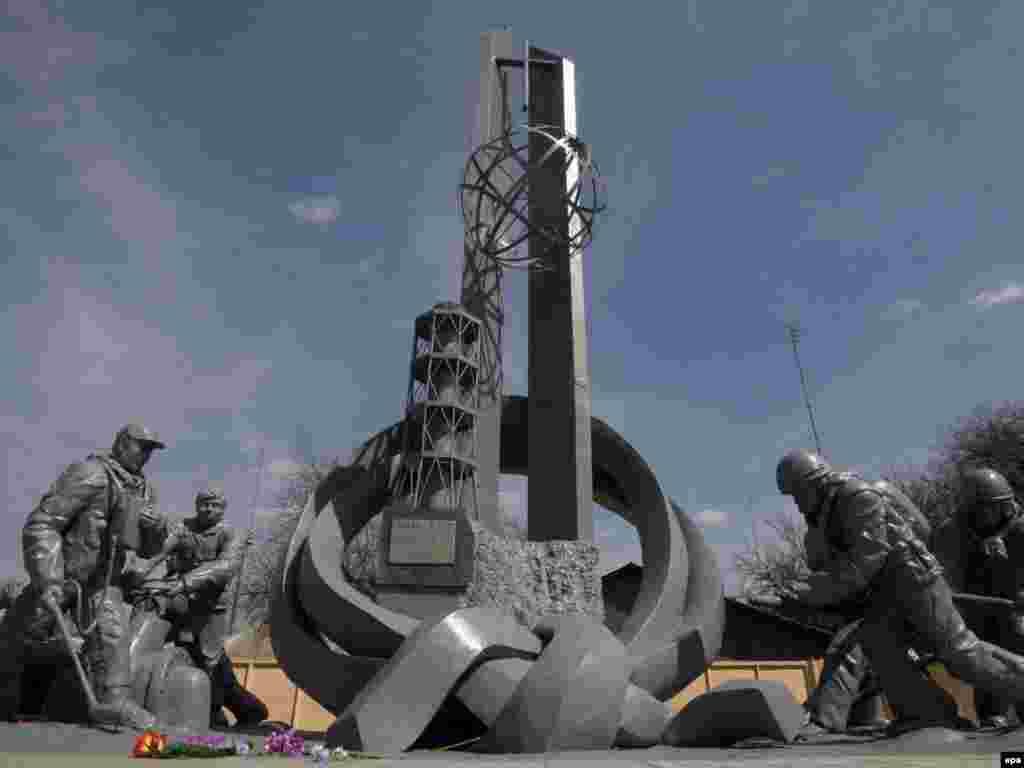 АЭС апатының салдарын жоюшыларға арналған ескерткіш. Чернобыль қаласы, Украина. 19 сәуір 2010 жыл.