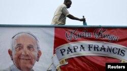 Плакат с изображением Франциска на здании Университета Кении в Найроби. 24 ноября 2015 года