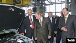 Vladimir Putin had a peek under the hood at an AvtoVAZ car-assembly plant as president in 2007.