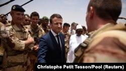 Прэзыдэнт Францыі Эманюэль Макрон наведвае францускіх вайскоўцаў у Малі, 19 траўня 2017 году