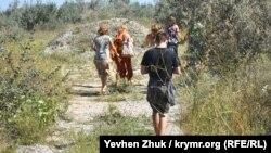 Туристы идут к АЭС