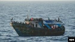 Pamje e migrantëve në një anije