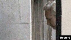 Ассандж на входе в Высокий суд, Лондон, 16 декабря 2010