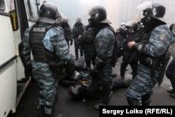 Бійці «Беркуту» на Хрещатику в Києві. На землі лежить один убитий (кульове поранення в голову) і один поранений з бійців їхньої роти