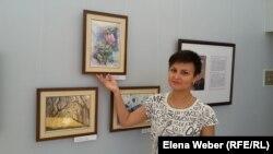 Художница Ольга Павлова рядом со своими работами. Темиртау, 30 июня 2016 года.