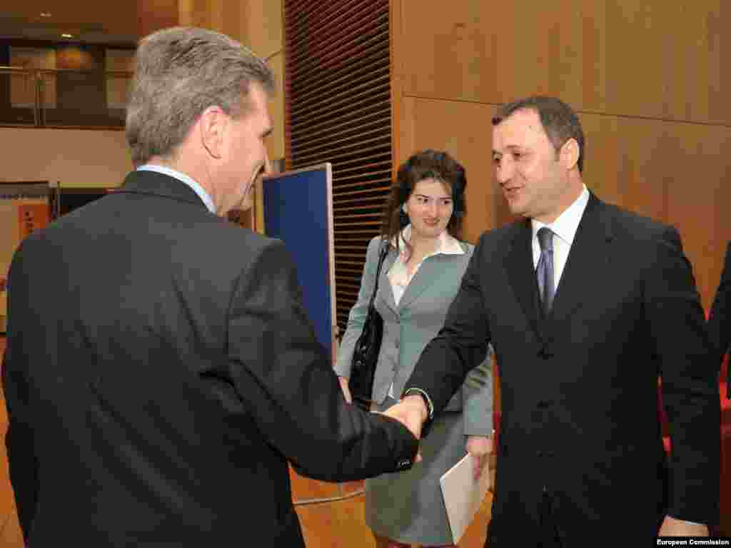 Întîmpinat de Gunther Oettinger, membru al CE responsabil cu energia - Photo: UE Audiovisual Services