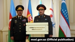 Azərbaycan Respublikasının Müdafiə naziri general-polkovnik Zakir Həsənov (solda) və Özbəkistan Respublikasının Müdafiə naziri general-mayor Abdusalom Azizov.