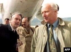 Miroivni posrednici Dejvid Oven (L) i Torvald Stoltenberg (D) na sarajevsdkom aerodrormu 13. aprila 1994. godine