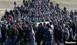 Ресейшіл қарулы адамдардың қолынан өлген Қырым татарлары белсендесін жерлеу рәсімі. Симферополь, 18 наурыз 2014 жыл.