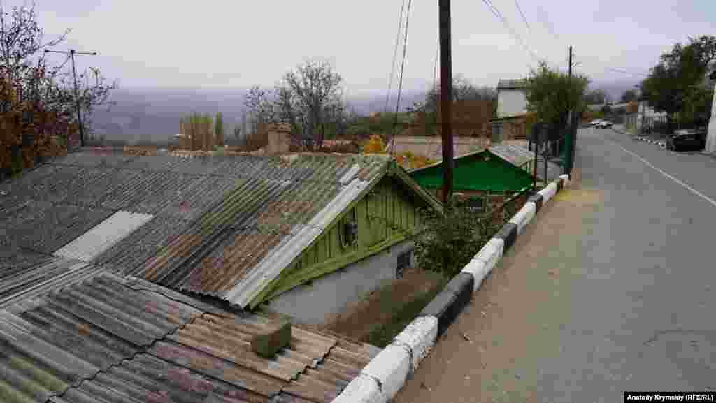 Шоссейная – главная улица села. По ней проходит автодорога, соединяющая трассы «Симферополь – Ялта» и «Алушта – Судак»