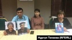 Граждане Казахстана держат фотографии своих родственников, которые помещены в Китае в «лагеря политического перевоспитания». Алматы, 17 октября 2018 года.
