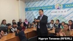 Активист организации «Атажурт» Серикжан Билаш выступает в офисе Казахстанского бюро по правам человека, в которой участвуют десятки детей, чьи родители являются «узниками политических лагерей», расположенных в китайском регионе Синьцзян. Алматы, 2 ноября 2018 года.