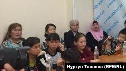 На пресс-конференции в офисе Казахстанского бюро по правам человека, в которой участвуют десятки детей, чьи родители являются «узниками политических лагерей», расположенных в китайском регионе Синьцзян. Алматы, 2 ноября 2018 года.