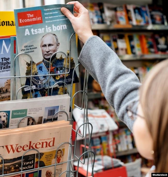 Жінка купує в газетному кіоску журнал The Economist із зображенням на обкладинці президента Росії Володимира Путіна із заголовком «Народився цар». Франція, Страсбург, 28 жовтня 2017 року