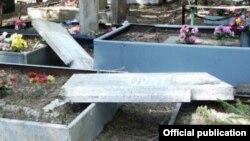 Опрокинутые надгробия на христианском кладбище в Чиланзарском районе Ташкента.