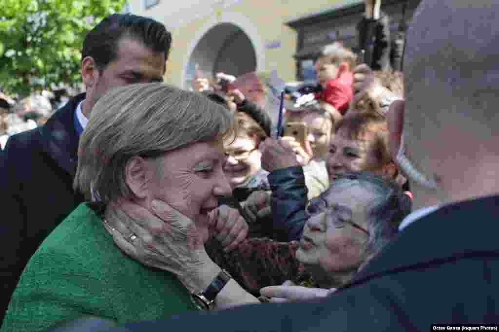 """Cancelarul german Angela Merkel a fost bine primită la Summitul UE de la Sibiu. O bătrână din mulțime: """"Doamna Merkel vă rog să aveți grijă de fiica mea, care lucrează în Germania"""" (Inquam Photos/Octav Ganea)"""