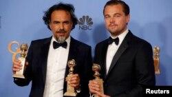 Режиссер Алехандро Гонсалес Иньярриту (слева) и актер Леонардо Ди Каприо после вручения премии «Золотой глобус».Беверли-Хиллз, 10 января 2016 года.