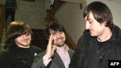 Ibragim şi Djabrail Mahmudov (L), Ibragim Makhmudov şi avocatul Murad Musayev