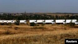 Колонна грузовых автомобилей, которая, как утверждают российские власти, везет на восток Украины гуманитарную помощь. Ростовская область, Россия, 22 августа 2014 года.