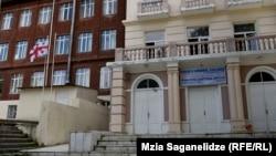 Колледж Демиреля уже не первый раз оказывается в центре общественного внимания: в мае был задержан менеджер Мустафа Эмре Чабук