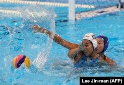 Казахстанская ватерполистка Замира Мырзабекова во время игры со сборной Японии. Джакарта, 21 августа 2018 года.