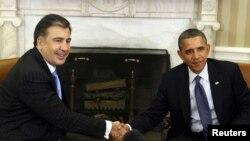 Американскиот претседател Барак Обама и неговиот грузиски колега Михаил Саакашвили на средбата во Белата куќа