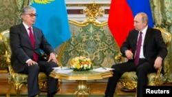 Президент Казахстана Касым-Жомарт Токаев (слева) и президент России Владимир Путин перед началом переговоров в Кремле, Москва, 3 апреля 2019 года.