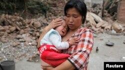 Жер сілкінісінен зардап шеккен елді мекен тұрғыны. Сычуань провинциясы, Қытай, 21 сәуір 2013 ж. Көрнекі сурет.