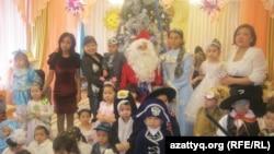 Воспитанники детского сада № 55 города Алматы на новогоднем утреннике. Алматы, 25 декабря 2012 года.