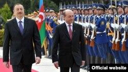 Президент Азербайджана Ильхам Алиев (слева) со своим румынским коллегой Траяном Басеску, Баку, 18 апреля 2011 г.