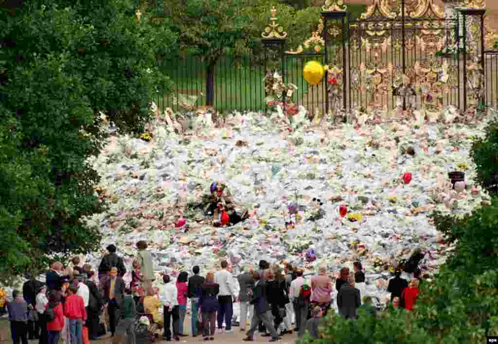 Щоб вшанувати пам'ять принцеси, люди приходили до Кенсінгтонського палацу, де колись жила Діана, та приносили безліч букетів. Церемонію поховання по всьому світу дивилося рекордне число глядачів – 2,5 мільярди людей.