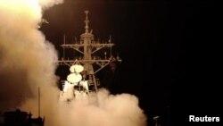 """Запуск ракет """"Томагавк"""" с американского эсминца в Средиземном море"""