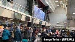 Столпотворение перед кассами на железнодорожном вокзале. Нур-Султан, 18 марта 2020 года.