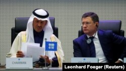 Сауд Арабиясының энергетика министрі Әбдел Әзіз бин Салман әл-Сауд және оның ресейлік әріптесі Александр Новак ОПЕК және өзге мұнай өндіруші елдердің отырысында. Вена, 6 желтоқсан 2020 жыл.