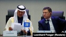Министр энергетики Саудовской Аравии Абдель Азиз бин Салман аль-Сауд и его российский коллега Александр Новак на заседании ОПЕК и других крупных производителей нефти. Вена, 6 декабря 2020 года.