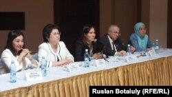 Участники международного семинара в Астане по проблемам инклюзивного обучения и интеграции в общество детей-аутистов.