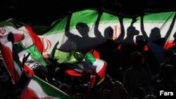 خیل بزرگ طرفداران فوتبال در ایران در انتظار بازیهای سرنوشتساز پی روی تیم ملی هستند (عکس: هوادارن تیم ملی فوتبال)