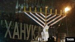 Берл Лазар: «Большое спасибо государству, Юрию Михайловичу Лужкову за то, что мы можем зажигать ханукальную менору на центральной площади возле стен Кремля»