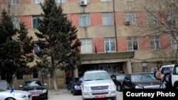 Автомобили иностранных посольств перед зданием штаба партии Мусават