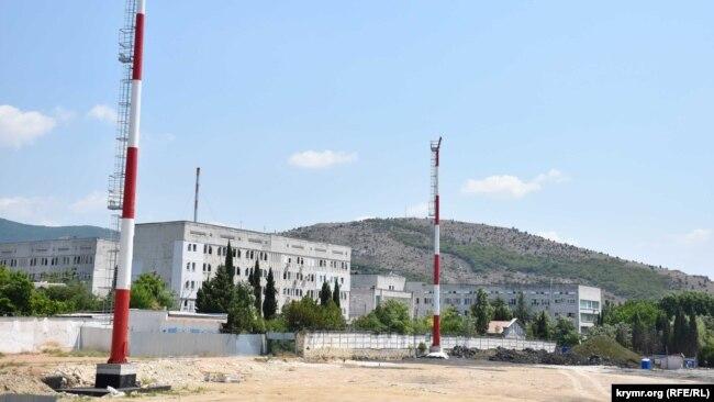 В Балаклаве на реконструируемом стадионе «Горняк» установили мачты освещения