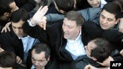 Сегодня бывшего мэра Тбилиси обвинили в том, что 5 июня он грубо вмешался в работу окружной избирательной комиссии Марнеули. Прокуратура квалифицировала эти действия как организацию на участке групповых противоправных действий