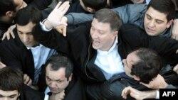 Восстановление Гиги Угулава в должности мэра столицы стало бы подтверждением репрессивной политики, проводимой действующей властью в отношении своих оппонентов. Это, в свою очередь, позволило бы ЕНД заполучить больше голосов избирателей