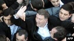 Тбилиси мэрі Гиги Угулава шерушілермен қақтығыс кезінде. Грузия, 8 ақпан 2013 жыл.