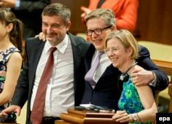 Ambasadorul polonez Artur Michalski (sînga), Pirkka Tapiola, și ambasadoarea Ingrid Tersman în timpul ratificării Acordului de Asociere R-Moldova-UE, 2 iulie 2014