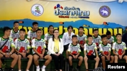 Спасенные из пещеры подростки и их тренер во время пресс-конференции, Таиланд, 18 июля 2018 года.