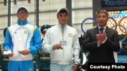 Спорт және дене шынықтыру агенттігі басшысы Талғат Ермегияев (оң жақ шетте) спортшыларға олимпиада куәлігін табыс етті. Астана, 3 шілде 2012 жыл.