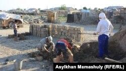 Көмекбаев ауылында кесек құйып жатқан тұрғындар. Қызылорда облысы, 16 шілде 2013 жыл.